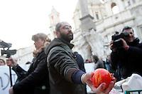 Manifestanti mostrano arance colorate con vernice rossa simbolizzante il sangue, durante una protesta in piazza Navona, Roma, 12 gennaio 2010, in concomitanza con l'audizione al Senato del Ministro dell'Interno Roberto Maroni sugli scontri tra immigrati e polizia a Rosarno, in Calabria, in seguito agli episodi di violenza nei confronti di alcuni lavoratori extracomunitari impegnati in agricoltura..Demonstrators hold oranges painted in red to symbolize blood during a protest in Rome's Piazza Navona in solidarity with African farmworkers resident in Rosarno, southern Italy, protesting against racist attacks. .UPDATE IMAGES PRESS/Riccardo De Luca