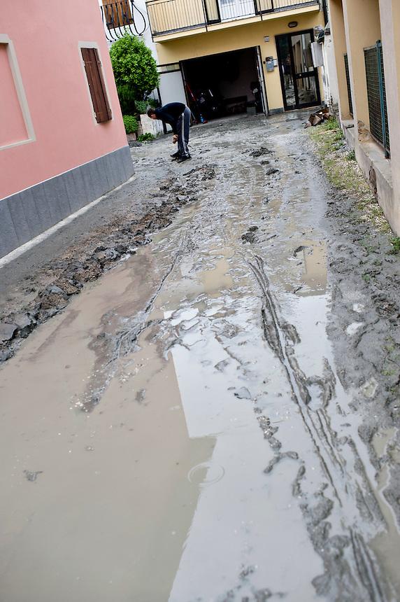 Mirabello (FE) - 20 maggio 2012. Il sisma che ha fatto crollare la chiesa, ha anche provocato un'alluvione di fango. Dai pozzi dei cortili sono sgorgati metri cubi di fango e acqua che hanno invaso il paese.