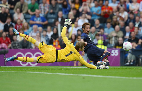 26.07.2012. Glasgow, Scotland. Mens Olympic football preliminary  rounds.  Spain versus Japan. Goalkeeper David de Gea left Spain against Hiroshi  right Japan