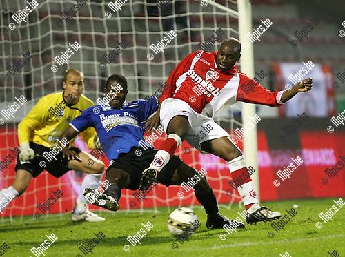 2009-10-28 / Voetbal / BVB / R Antwerp FC - Dender / Kenmonge met Cissé in de rug in het Denderse strafschopgebied..foto: mpics