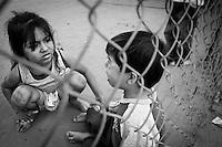 """Sinaloa.- """"Bueno amá, pues es todo por ahora espero pronta respuesta para saber de ustedes, por favor me saluda a mi padre de parte de sus hijos, Luis, Simón y Regino, besos y abrazos bien sinceros para él. Me saluda también a mi hija y a mi mujer, se las encargo mucho, no se olvide de guiar a mi hijo y a enseñarlo a rezar… para usted nuestro más caluroso abrazos y más sinceros besos muy especialmente de mi parte…  Que Dios Jesucristo y la Virgen María de Guadalupe nos los bendiga y proteja. Me despido sin más su hijo el más loco de todos"""". Regino Le mandan saludos Luis y Simón. Son las ocho de la mañana y  a lo lejos se escucha el canto de los gallos en plena mañana en la colonia Loma de Rodriguera, al Norte de Culiacán capital Sinaloense, donde la pobreza y violencia son cosa de todos los días. Aquí no hay mucho que hacer, excepto trabajar. Como todos los días desde hace más de 70 años el señor Héctor González se dirige a la ladrillera, al señor de 82 años hay que hablarle fuerte para que pueda oír.  No platica mucho de sus hijos, prefiere el trabajo. """"El negocio del ladrillo no deja mucho, los vendemos a 90 centavos al mayoreo y tenemos que producir cada uno 1,500 ladrillos al día,  cuando nos va bien"""" comenta. La ladrillera es familiar, y en ella trabajaban Luis, Simón y Regino, tres sinaloenses  que están a un paso de la muerte.  Desde el 4 Marzo de 2008 fueron detenidos en una redada en un almacén de la ciudad de Johor Baru, al sur del país, en la que se confiscaron 29 kilos 460 gramos de metanfetaminas, que al igual que Malasia impone la pena capital a las personas declaradas culpables de traficar o producir drogas. """"Un amigo lo va a traicionar, ya se lo habían dicho, se lo advirtió la vidente cuando vino la feria y aun así se fue. No entiendo que paso, ni que esta pasando"""" me platica doña Carmen Villareal, madre de los acusados, mientras prepara el desayuno para las dos.  """"Tortillas hechas a mano y frijolit"""