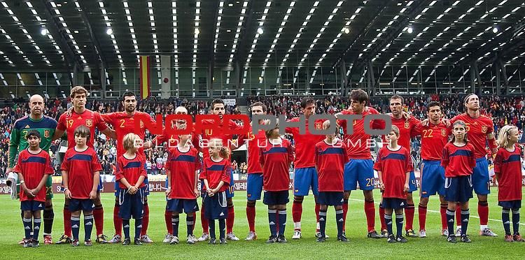 03.06.2010, Tivoli, Innsbruck, AUT, FIFA Worldcup Vorbereitung, Testspiel Spanien (ESP) vs Sued Korea (KOR), im Bild spanische Startaufstellung, v.l. Pepe Reina ( ESP, Keeper, #23 ), Fernando Llorente ( ESP, #19 ), Raul Albiol (Ra&uacute;l Albiol) ( ESP, #2 ), Andres Iniesta (Andr&eacute;s Iniesta) ( ESP, #6 ), Cesc Fabregas (Cesc F&agrave;bregas) ( ESP, #10 ), Juan Mata ( ESP, #13 ), Joan Capdevila ( ESP, #11 ), Javi Martinez (Javi Mart&iacute;nez) ( ESP, #20 ), Carlos Marchena ( ESP, #4 ), Jesus Navas (Jes&uacute;s Navas) ( ESP, #22 ), Sergio Ramos ( ESP, #15 ).  Foto: nph /  J. Groder *** Local Caption *** Fotos sind ohne vorherigen schriftliche Zustimmung ausschliesslich f&uuml;r redaktionelle Publikationszwecke zu verwenden.<br /> <br /> Auf Anfrage in hoeherer Qualitaet/Aufloesung