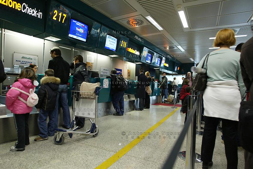 Passeggeri al ceck-in dell'aeroporto Leonardo da Vinci di Roma