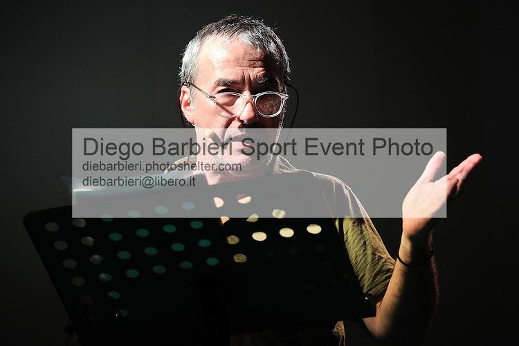 (KIKA) - TORINO, 12/05/2012 - David Riondino interviene al Salone del Libro al Lingotto di Torino, il 12 maggio 2012.