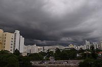 SAO PAULO, 13 DE MARCO DE 2013 - CLIMA  TEMPO SP - Nuvens carregadas cobrem o ceu da regiao sul da capital, na tarde desta quarta feira, 13. (FOTO: ALEXANDRE MOREIRA / BRAZIL PHOTO PRESS)