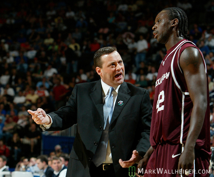 Texas A & M Aggies head coach Billy Gillispie (L) talks with Marlon Pompey (42) during their game against the Syracuse Orange in the first round of the NCAA basketball tournament in Jacksonville, Florida  March 16, 2006.