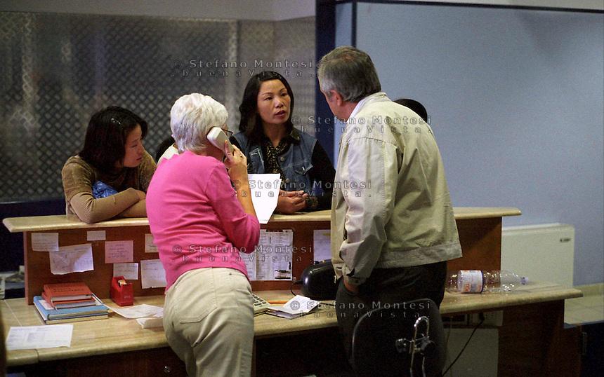 Roma 3 marzo 2008.Il Poliambulatorio della Caritas diocesana di Roma in via Marsala.<br /> Immigrata cinese chiede informazioni