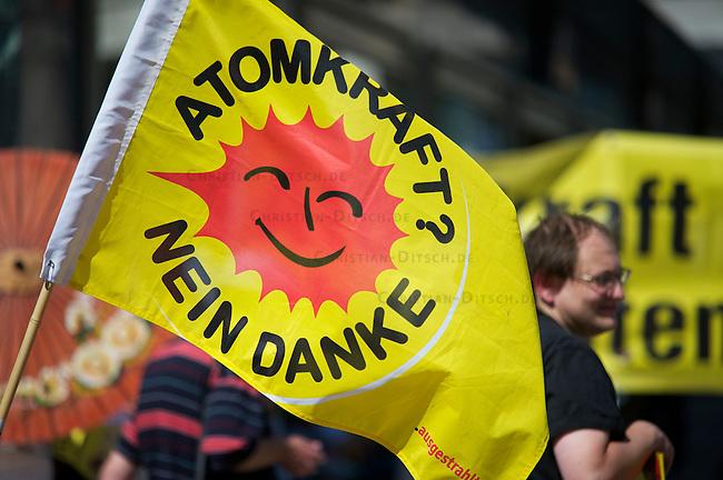 Mehrere hundert Menschen protestierten am Samstag den 21. August auf dem Berliner Alexanderplatz gegen die Atompolitik der schwarz-gelben Bundesregierung und gegen die geplante Verlaengerung der Laufzeiten fuer Atomkraftwerke. Zu der Veranstaltung unter dem Motto &quot;Mal richtig abschalten&quot; hatte die Organisation campact. <br />21.8.2010, Berlin<br />Copyright: Christian-Ditsch.de<br />[Inhaltsveraendernde Manipulation des Fotos nur nach ausdruecklicher Genehmigung des Fotografen. Vereinbarungen ueber Abtretung von Persoenlichkeitsrechten/Model Release der abgebildeten Person/Personen liegen nicht vor. NO MODEL RELEASE! Don't publish without copyright Christian-Ditsch.de, Veroeffentlichung nur mit Fotografennennung, sowie gegen Honorar, MwSt. und Beleg. Konto: I N G - D i B a, IBAN DE58500105175400192269, BIC INGDDEFFXXX, Kontakt: post@christian-ditsch.de Urhebervermerk wird gemaess Paragraph 13 UHG verlangt.]