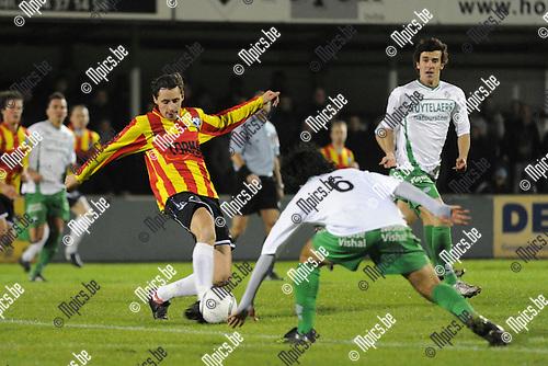2010-10-23 / voetbal / seizoen 2010-2011 / Dessel Sport - Verbroedering Geel Meerhout / Thomas Van Aerschot (l) (Vervroedering Geel Meerhout) probeert de bal te controleren voor Mo Alajda El Idrissi (nr 6) (Dessel Sport)