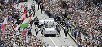 Papa Francesco saluta i fedeli dalla Papamobile al termine della messa in Piazza Vittorio Veneto durante la sua visita pastorale alla Sacra Sindone di Torino, 21-06-2015.<br /> Pope Francis waves to pilgrims at the end of the mass during his visit of the Holy Shroud in Turin, Italy. The Christian tradition identifies this linen cloth as the one used to wrap the body of Jesus Christ in the tomb. <br /> Foto Giorgio Perottino/Insidefoto