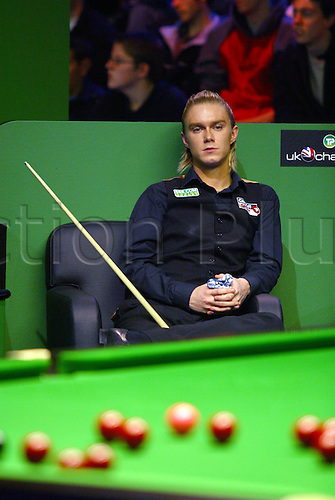 November 23, 2003: English player PAUL HUNTER waits his turn during his third round match against King in the Travis Perkins UK Championship Finals at the York Barbican Centre. HUNTER beat King 9 - 8. Photo: Neil Tingle/Action Plus...snooker 031123