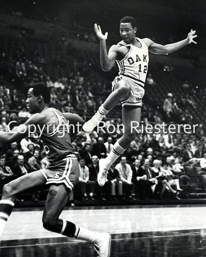 Oakland Oaks Henry Logan #12 with Dallas Chaparrals Spider Bennett. (photo/Ron Riesterer/<br />Photoshelter)