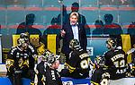 Stockholm 2014-09-11 Ishockey Hockeyallsvenskan AIK - S&ouml;dert&auml;lje SK :  <br /> AIK:s tr&auml;nare Thomas Fr&ouml;berg i aktion med AIK:s spelare under en powerbreak<br /> (Foto: Kenta J&ouml;nsson) Nyckelord:  AIK Gnaget Hockeyallsvenskan Allsvenskan Hovet Johanneshovs Isstadion S&ouml;dert&auml;lje SK SSK tr&auml;nare manager coach diskutera argumentera diskussion argumentation argument discuss timeout