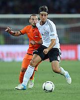 FUSSBALL  EUROPAMEISTERSCHAFT 2012   VORRUNDE Niederlande - Deutschland       13.06.2012 Wesley Sneijder (li, Niederlande) gegenSami Khedira (re, Deutschland)