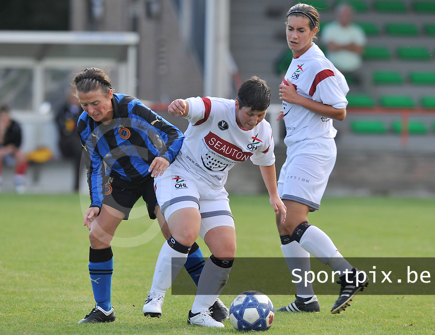 Club Brugge Dames - OHL Oud Heverlee Leuven Dames : Kelly Paulus aan de bal voor Christine Saelens (links) en Ansje Bogaerts.Foto David Catry / Vrouwenteam.be