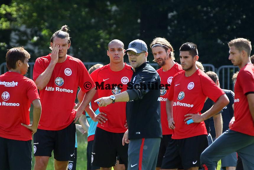 Trainer Thomas Schaaf (Eintracht) erklärt die Taktik - Eintracht Frankfurt Trainingsauftakt, Commerzbank Arena