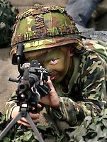 Kind in camouflagepak krijgt schietles tijdens  de Marinedagen in Den Helder