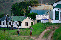 TANZANIA Tanga, Katani Ltd. Biogas Plant in Hale, the remaining fibres and pulp from sisal production is used for fermentation to produce biogas, in contrast women carry firewoods / TANSANIA Tanga, Katani Biogasanlage, aus den resten der Sisal Produktion wird Biogas gewonnen, im KOntrast Frauen tragen Feuerholz
