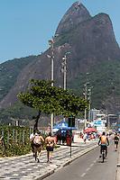 RIO DE JANEIRO, RJ, 10.02.2014 - Sol forte e muito calor nesta segunda-feira, na quarta semana sem chuvas, na Praia do Leblon, zona sul da cidade. (Foto: Néstor J. Beremblum / Brazil Photo Press)