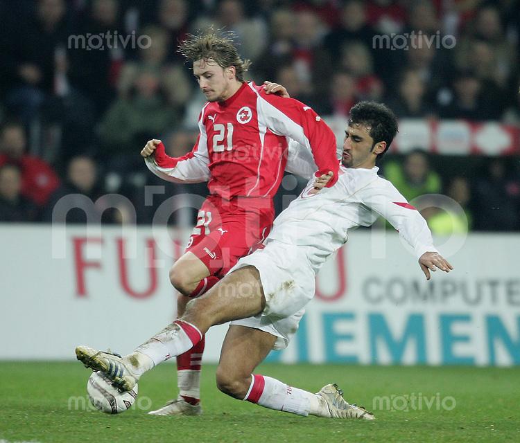 Fussball International WM Qualifikation Schweiz 2-0 Tuerkei Daniel Gygax (SUI,li) gegen Selcuk Sahin (TUR)