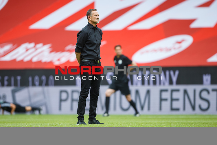 Achim Beierlorzer (Trainer / FSV Mainz 05) beobachtet das Aufwaermen, <br /> <br /> Sport: Fussball: 1. Bundesliga:: nphgm001:  Saison 19/20: 33. Spieltag: 1. FSV Mainz 05 vs SV Werder Bremen 20.06.2020<br /> Foto: Neis/Eibner/Pool/via gumzmedia/nordphoto<br />