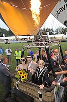 ALGEMEEN: JOURE: 24-07-2013, Ballonfeesten Joure, Bruiloft, Burgemeester Mary Looman van Skarsterlân trouwt haar zoon Bart Looman en schoondochter Judith Spijkerman, ©foto Martin de Jong