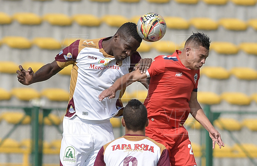 BOGOTÁ -COLOMBIA-13-02-2016. Carlos Rodriguez (Der.) de Fortaleza FC disputa el balón con Henry Obando (Izq.) de Deportes Tolima durante partido por la fecha 3 de Liga Águila I 2016 jugado en el estadio Metropolitano de Techo en Bogotá./ Carlos Rodriguez (R) of Fortaleza FC fights for the ball with Henry Obando (L) of Deportes Tolima during the match for the date 3 of the Aguila League I 2016 played at Metropolitano de Techo stadium in Bogota. Photo: VizzorImage / Gabriel Aponte / Staff