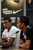 SÃO PAULO,04 MAIO 2012 - LANÇAMENTO CAMISA CORINTHIANS<br /> Os jogadores Paulinho e Liedson duarante lançamento da nova camisa do Corinthians no CT Joaquim Grava na manhã de hoje.FOTO ALE VIANNA - BRAZIL PHOTO PRESS