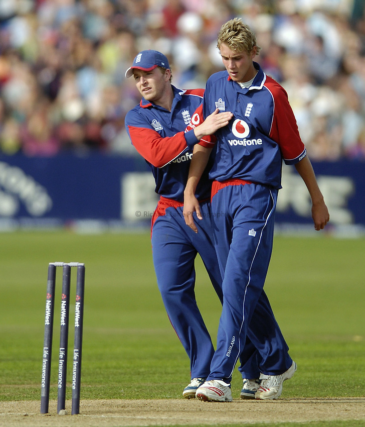 Photo: Jonathan Butler..England v Pakistan. NatWest International Twenty20. 28/08/2006..James Dalrymple of England talks to Chirs Board.