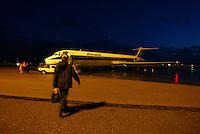 Un passeggero si appresta a salire su un aereo dell'Alitalia