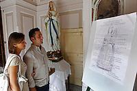GRAGNANO RIPRISTINATO  L'ANTICO PREMIO DI MARITAGGIO PER LE DONNE CHE CONVOLERANNO A NOZZE ENTRO L'ANNO.NELLA FOTOIL BANDO AFFISSO ALL'INGRESSO DELLA CON FRATERNITA.FOTO CIRO DE LUCA
