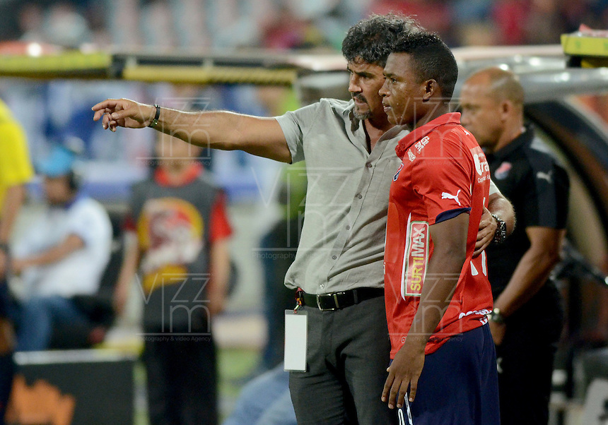 MEDELLÍN -COLOMBIA-28-02-2016. Leonel Alvarez técnico de Independiente Medellín da instrucciones a Fabio Burbano durante el encuentro con Deportivo Cali durante partido por la fecha 7 de la Liga Águila I 2016 jugado en el estadio Atanasio Girardot de la ciudad de Medellín./ Leonel Alvarez coach of Independiente Medellin gives directions to Fabio Burbano during the match against Deportivo Cali during the date 7 of Aguila League I 2016 played at Atanasio Girardot stadium in Medellin city. Photo: VizzorImage/León Monsalve/Str