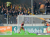 Fussball, 2. Bundesliga, Saison 2013/14, 34. Spieltag, Armina Bielefeld, Sonntag (11.05.14), Dresden, Gluecksgas Stadion. Dresdens Torwart Benjamin Kirsten rennt waehrend einer Spielunterbrechnung an Rauchbomben vorbei zu den Fans.