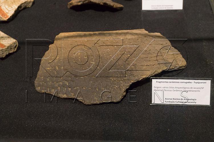 Fragmentos cer&acirc;micos corrugados - Tupiguarani no Museu de Antropologia do Vale do Para&iacute;ba, Jacare&iacute; - SP, 06/2016.<br /> Origem: V&aacute;rios S&iacute;tios Arqueol&oacute;gicos de Jacare&iacute; - SP, Material/T&eacute;cnica: Cer&atilde;mica/Acordelamento.