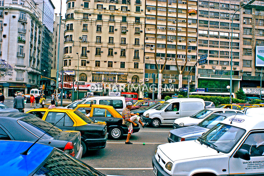Trânsito na Avenida Nove de Julho em Buenos Aires. Argentina. 2004. Foto de Thais Falcão.