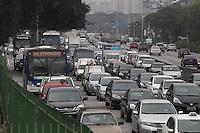 SAO PAULO, SP, 10 MAIO 2013, TRANSITO - SAO PAULO - A Av. Tiradentes na regiao do bairro da Luz, tem transito intenso na manha dessa sexta-feira (10). FOTO: LUIZ GUARNIERI/BRAZIL PHOTO PRESS