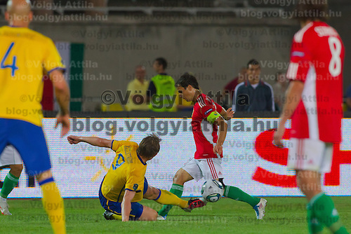 Sweden's Kim Kallstrom (L) and Hungary's Tamas Hajnal (R) fight for the ball during the UEFA EURO 2012 Group E qualifier Hungary playing against Sweden in Budapest, Hungary on September 02, 2011. ATTILA VOLGYI