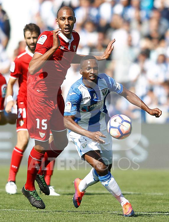 CD Leganes' Mamadou Kone (r) and Sevilla FC's Steven N'Zonzi during La Liga match. October 15,2016. (ALTERPHOTOS/Acero)