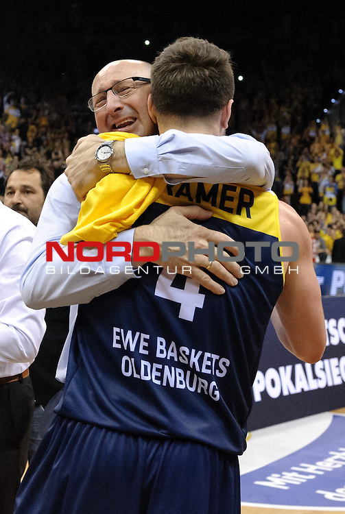 12.04.2015, EWE Arena, Oldenburg, GER, Beko BBL Top Four, Finale, Brose Baskets vs EWE Baskets Oldenburg, im Bild Jubel bei Mladen Drijencic (Trainer EWE Baskets Oldenburg), Chris Kramer (Oldenburg #4)<br /> <br /> Foto &copy; nordphoto / Frisch
