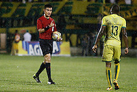 FLORIDABLANCA - COLOMBIA - 28 - 04 - 2016: Nicolas Rodriguez, arbitro, durante partido entre Atletico Bucaramanga y Deportivo Cali, por la fecha 15 de la Liga Aguila I-2016, jugado en el estadio Alvaro Gomez Hurtado de la ciudad de Floridablanca. / Nicolas Rodriguez, referee, during a match between Atletico Bucaramanga and Deportivo Cali, for the date 15 of the Liga Aguila I-2016 at the Alvaro Gomez Hurtado Stadium in Floridablanca city Photo: VizzorImage  / Duncan Bustamante / Cont.