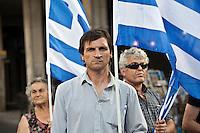 Elezioni in Grecia 2012. Atene, manifestazione conclusiva di Nea Democratia in Piazza Sintagma 15 giugno 2012. Manifestanti con le bandiere della Grecia,