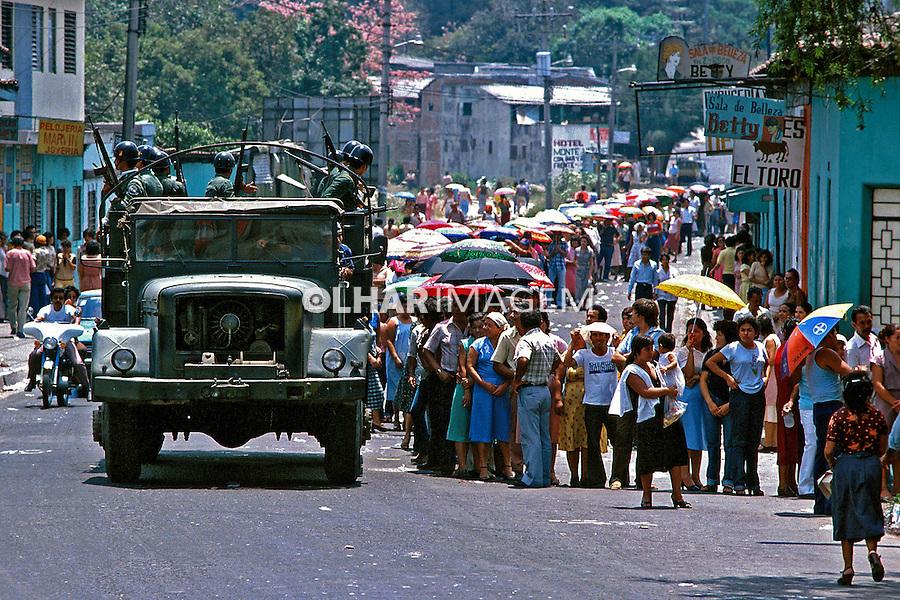 Exército na rua durante eleições. Guerra civil de El Salvador. 1982. Foto de Juca Martins.