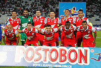 MANIZALES  -COLOMBIA. 19-NOVIEMBRE-2014. Formacion del Independiente Santa Fe ante el Once Caldas    partido de los cuadrangulares semifinales  fecha 2 de La Liga Postobon 2014- II jugado en el estadio Palogrande . / Team of Independiente Santa Fe  against of Once Caldas fights for the ball with XXXX of  Independiente  Santa Fe  Party runs semifinals 2th dated 2014-2 of  Liga Postobon  played in the stadium Palogrande:  VizzorImage / Santiago Osorio / Stringer