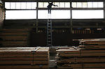 Foto: VidiPhoto<br /> <br /> DOORWERTH &ndash; Een enorme klus dinsdag voor glazenwasser Den Aantrekker uit Andelst. In de voormalige steenfabriek van de Wienenberger Groep langs de Rijn bij Doorwerth moet hij de vette roetaanslag van 40 jaar straatklinkers bakken, van 350 ramen verwijderen. Een opdracht van inwassen, poetsen, polijsten en zemen die in een halve week geklaard moet zijn. In de oude fabriek bevindt zich sinds ruim twee jaar de opslag van historische bouwmaterialen van Frank Pouwer. De kostbare historisch planken en balken uit oude scholen, kastelen en boerderijen moeten voor het wassen eerst afgedekt worden, om te voorkomen dat het gemorste roetwater in het hout trekt.