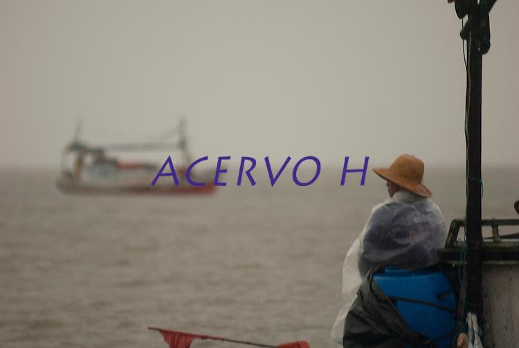 Pescadores artesanais utilizam embarca&ccedil;&atilde;o regional conhecida como P&ocirc;p&ocirc;p&ocirc; para transporte pr&oacute;prio e do pescado. Cerca de 200 quilos de pescado de v&aacute;rias esp&eacute;cies como: piramutabas, sardinhas, filhotes, pescada amarela, robalo e tainhas s&atilde;o capturados em um dia de trabalho. A pesca &eacute; realizada na Reserva Extrativista Marinha M&atilde;e Grande no litoral do Par&aacute;, na foz do rio Amazonas.<br /> Curu&ccedil;&aacute;, Par&aacute;, Brasil<br />  Foto: Paulo Santos <br />  17/05/2009