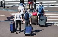 Nederland - Amsterdam-  21 april 2018. Oudere toeristen met koffers.  Foto Berlinda van Dam / Hollandse Hoogte