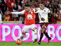 BOGOTA - COLOMBIA - 18-12-2016: Jonatan Gomez (L) player of Independiente Santa Fe struggles for the ball with Cleider Alzate (R) player of Deportes Tolima, during a match for the second leg between Independiente Santa Fe and Deportes Tolima, for the final of the Liga Aguila II -2016 at the Nemesio Camacho El Campin Stadium in Bogota city, Photo: VizzorImage / Luis Ramirez / Staff.