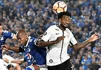 BOGOTA - COLOMBIA, 28-02-2018: Felipe Banguero (Izq) jugador de Millonarios de Colombia disputa el balón con Rene Junior (Der) jugador de Corinthians de Brasil durante partido por la fecha 1, grupo 7, de la CONMEBOL Libertadores 2018 jugado en el estadio Nemesio Camacho El Campin de la ciudad de Bogotá. / Felipe Banguero (L) player of Millonarios of Colombia fights for the ball with Rene Junior (R) player of Corinthians of Brazil during match for the date 1, group 7, of the CONMEBOL Libertadores 2018 played at Nemesio Camacho El Campin stadium in Bogota city. Photo: VizzorImage / Gabriel Aponte / Staff.