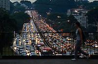 SÃO PAULO, SP, 13.02.2014 – TRÂNSITO EM SÃO PAULO: Trânsito na Av.Rubem Berta, altura do Viaduto Borges Lagoa, zona sul de São Paulo na tarde desta quinta feira. (Foto: Levi Bianco / Brazil Photo Press).