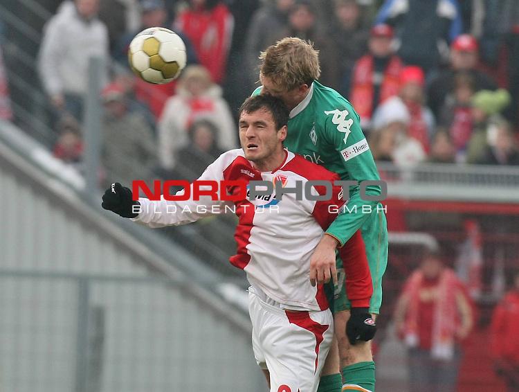 21.02.2009 - 1. Bundesliga Saison 2008/09 - RŁckrunde - 21. Spieltag - FC Energie Cottbus gegen SV Werder Bremen: Emil Jula und Per Mertesacker                                                                                                     Foto:  /  nph (  nordphoto  )